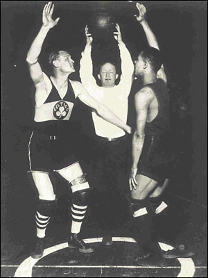 "Joe Lapchick (esquerda) do Original Celtics e ""Tarzan"" Cooper do Rens"