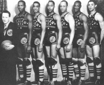 Globetrotters de 1940, campeão do World Professional Basketball Tournament. Da esquerda para direita: secretário Chuck Jones, Babe Pressley, Sonny Boswell, Hillary Brown, Inman Jackson, Ted Strong e Bernie Price