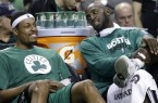 13mar2013---paul-pierce-e-kevin-garnett-descansam-no-banco-de-reservas-durante-vitoria-dos-celtics-sobre-os-raptors-1363237164155_956x500