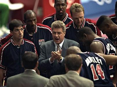 Chuck Daly dá as instruções para o melhor time já formado em toda a história do basquete olímpico mundial.