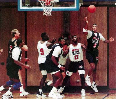 Lance do amistoso entre os colegiais e o Dream Team em junho de 1992.