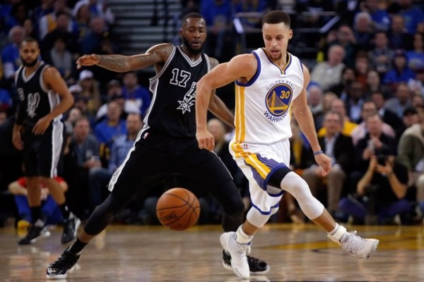 OAKLAND, CA - JANUARY 25: Stephen Curry #30 of the Golden State Warriors and Jonathon Simmons #17 of the San Antonio Spurs go for a loose ball at ORACLE Arena on January 25, 2016 in Oakland, California. NOTE TO USER: User expressly acknowledges and agrees that, by downloading and or using this photograph, User is consenting to the terms and conditions of the Getty Images License Agreement.   Ezra Shaw/Getty Images/AFP == FOR NEWSPAPERS, INTERNET, TELCOS & TELEVISION USE ONLY ==