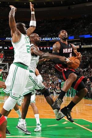 Sem a ajudados outros titulares do Heat, LeBron James teve que se superar no jogo 3