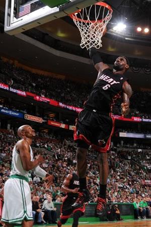 LeBron James terminou a partida com 29 pontos e 6 rebotes na derrota no jogo 4