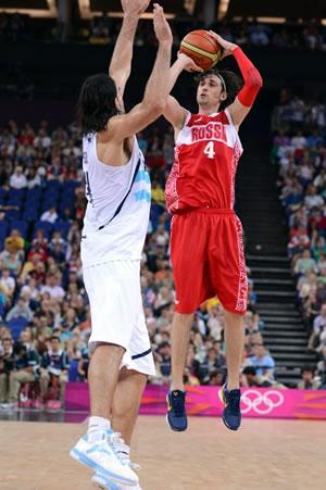 Com a mão certeira, Alexei Shved ajudou a Rússia a conquistar a medalha de bronze no basquete masculino de Londres. (Crédito: FIBA)