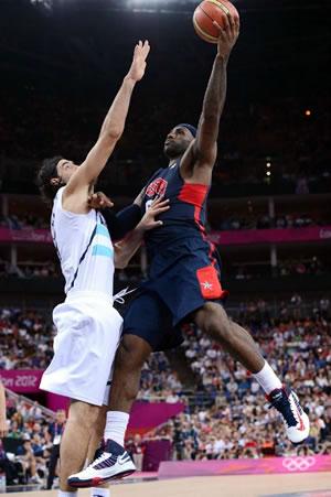 LeBron James e os EUA passaram por cima da Argentina na semifinal como um rolo compressor. (Crédito: FIBA)