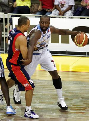 Dartona Washam garantiu a vitória do Regatas (ARG) por 93X91 com um toco em cima de Alex Garcia do UniCeub/BRB. (Crédito: Sergio Alberto/FIBA Americas)